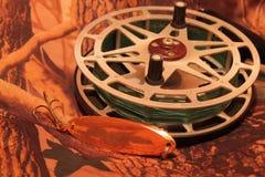 Carrete de la pesca de la inercia con señuelo oscilante Fotografía de archivo