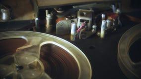 Carrete de la rotación con la cinta, registrador de cinta de audio metrajes