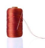Carrete de los hilos de la seda con la aguja Imágenes de archivo libres de regalías