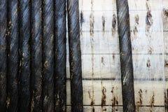 Carrete de madera grande con el cable industrial eléctrico negro Fotografía de archivo libre de regalías
