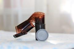 Carrete de película y el caso fotografía de archivo