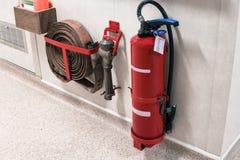 Carrete del extintor y de la manguera de bomberos en pasillo foto de archivo libre de regalías