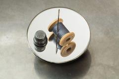 Carrete del hilo, del dedal y de la aguja Imagen de archivo libre de regalías