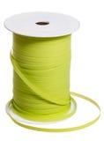 Carrete plástico con la cinta verde del embalaje aislada Imagen de archivo
