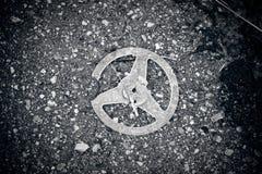 Carrete plástico quebrado en el asfalto Imagen de archivo
