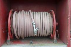 Carrete rojo de la manguera de los coches de bomberos viejos imagenes de archivo