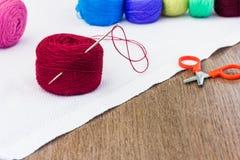 Carrete rojo del hilo con la aguja Foto de archivo libre de regalías