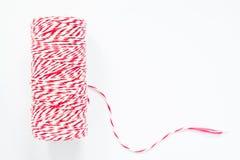 Carrete rojo y blanco de la cuerda aislado en el fondo blanco Imágenes de archivo libres de regalías
