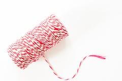 Carrete rojo y blanco de la cuerda aislado en el fondo blanco Foto de archivo libre de regalías