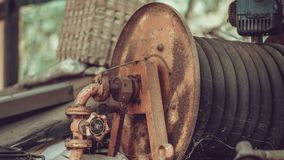 Carrete viejo AXIS de la manguera del agua del moho foto de archivo