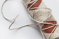 Carrete viejo de la cuerda de rosca en un fondo blanco Fotografía de archivo