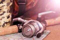 Carrete y señuelos de la pesca coloreados en la luz del sol Foto de archivo libre de regalías