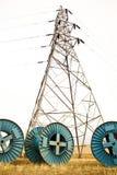 Carrete y torre de cable de la electricidad Fotografía de archivo