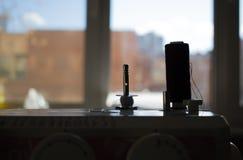 Carretel da linha na silhueta do close-up da máquina de costura foto de stock