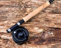 Carretel da pesca com mosca na árvore resistida velha seca Fotografia de Stock