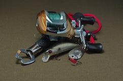 Carretel da pesca da carcaça em um fundo escuro Imagens de Stock