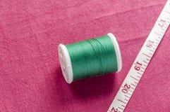 Carretel do algodão e fita do medidor Fotos de Stock Royalty Free