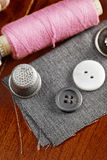 Carretel e botões cor-de-rosa Fotografia de Stock Royalty Free