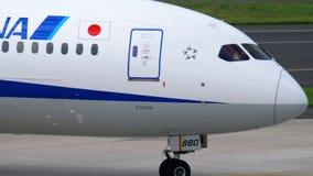 Carreteo de ANA Boeing 787 Dreamliner almacen de video