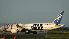 Carreteo de la librea de Boeing 787-9 Dreamliner Star Wars R2-D2 metrajes