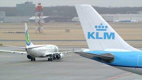 Carreteo de los aeroplanos almacen de metraje de vídeo