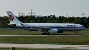 Carreteo plano de Air China Airbus en el aeropuerto de Francfort, FRA almacen de metraje de vídeo