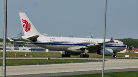 Carreteo plano de Air China Airbus en el aeropuerto de Francfort, FRA almacen de video