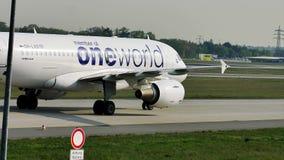 Carreteo plano de Finnair Oneworld en el aeropuerto de Francfort FRA metrajes