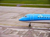 Carreteo plano de KLM en el aeropuerto de Zurich imagenes de archivo