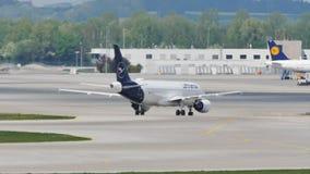 Carreteo plano de la nueva librea de Lufthansa en el aeropuerto de Munich, MUC almacen de video