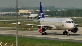 Carreteo plano de las líneas aéreas escandinavas del SAS en el aeropuerto de Francfort, FRA almacen de metraje de vídeo