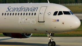 Carreteo plano de las líneas aéreas escandinavas del SAS en el aeropuerto de Francfort, FRA metrajes