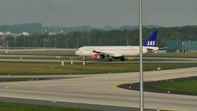 Carreteo plano de las líneas aéreas escandinavas del SAS en el aeropuerto de Munich, MUC almacen de metraje de vídeo