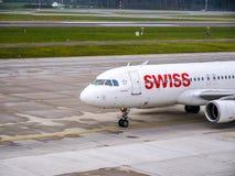 Carreteo plano de las líneas aéreas internacionales suizas en el aeropuerto de Zurich fotos de archivo