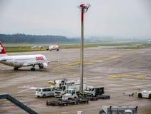 Carreteo plano de las líneas aéreas internacionales suizas en el aeropuerto de Zurich fotos de archivo libres de regalías