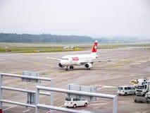 Carreteo plano de las líneas aéreas internacionales suizas en el aeropuerto de Zurich foto de archivo