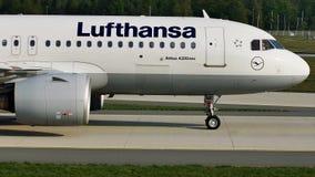 Carreteo plano de Lufthansa A320neo en el aeropuerto de Francfort, FRA almacen de video