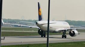 Carreteo plano de Lufthansa A320neo en el aeropuerto de Francfort, FRA almacen de metraje de vídeo