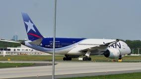 Carreteo plano del aeroplano de LAN Airlines en el aeropuerto de Francfort, FRA metrajes