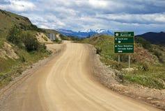 Carretera南方的高速公路,与路标的芸香7,智利 免版税库存照片