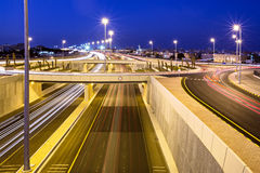 Carretera 30 en Mangaf, Kuwait en la noche imagenes de archivo