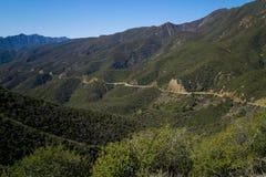 Carretera aislada tallada a través de la ladera. Fotografía de archivo