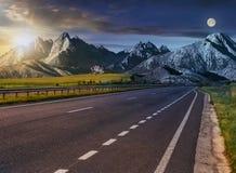 Carretera al canto de la montaña del tatra imagen de archivo libre de regalías