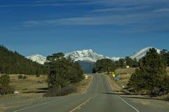 Carretera americana con la montaña Foto de archivo libre de regalías