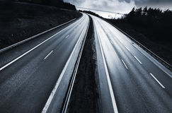 Carretera, autopista sin peaje en la puesta del sol foto de archivo