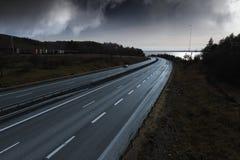 Carretera, autopista sin peaje en la puesta del sol fotos de archivo libres de regalías