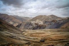 Carretera con curvas al paso de montaña Imagen de archivo