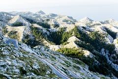 Carretera con curvas al SV Pico de Jure en las montañas de Biokovo Fotos de archivo libres de regalías