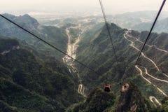 Carretera con curvas de la montaña de Tianmen fotografía de archivo