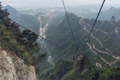 Carretera con curvas de la montaña de Tianmen imagen de archivo libre de regalías